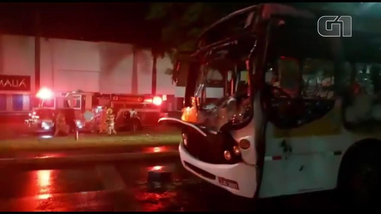 Ônibus com 60 passageiros que voltavam de retiro pega fogo em rodovia no DF