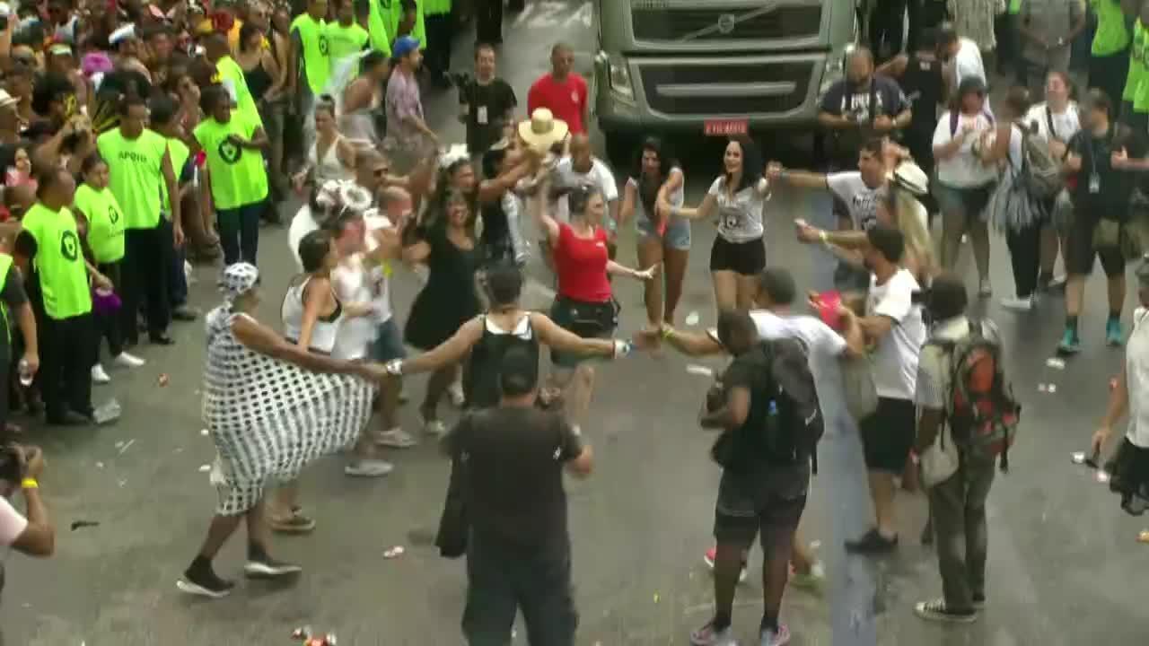 Os repórteres da GloboNews trabalharam, mas também se divertem durante o carnaval