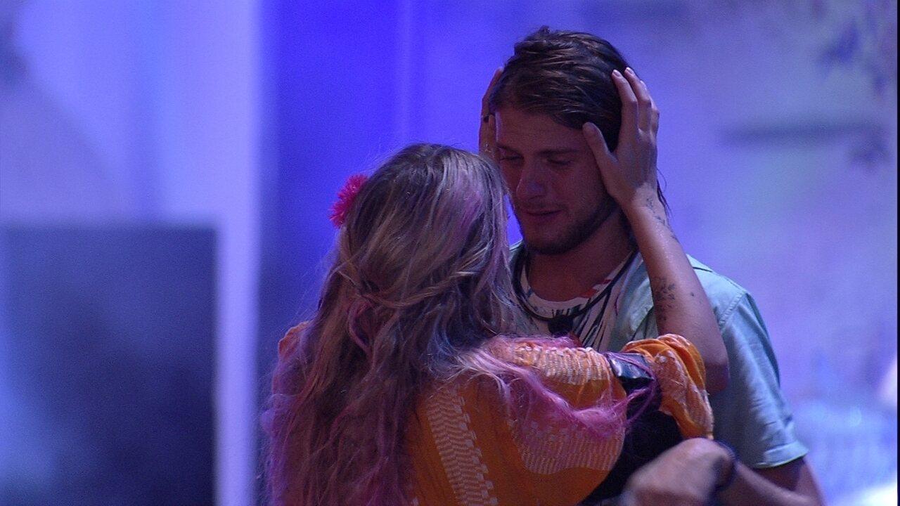 Daniel chora e é consolada por Marcela