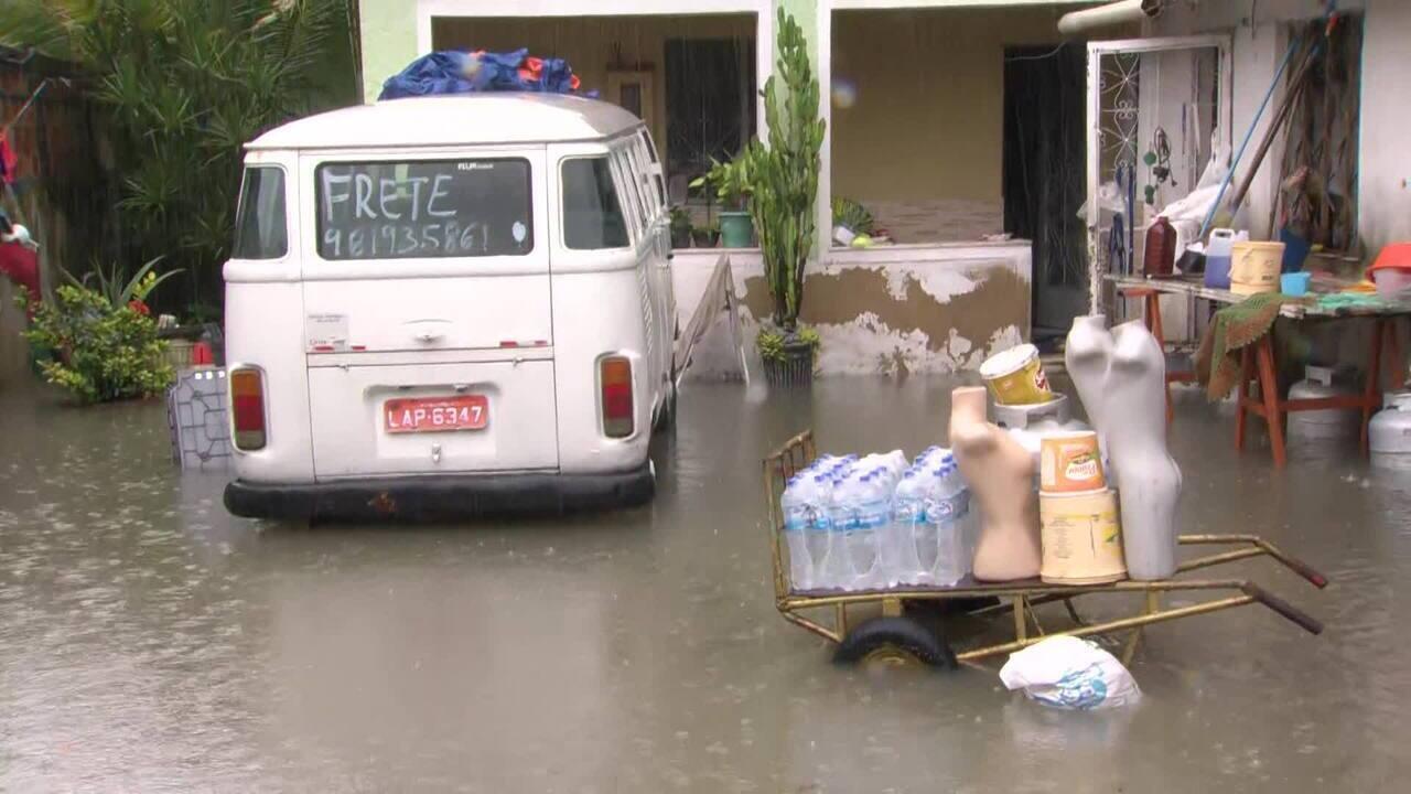 Chuva causa alagamentos e invade casas em Nilópolis (RJ)
