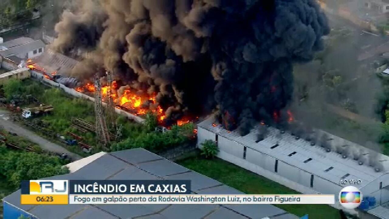 Incêndio de grandes proporções ayinge depósito em Caxias
