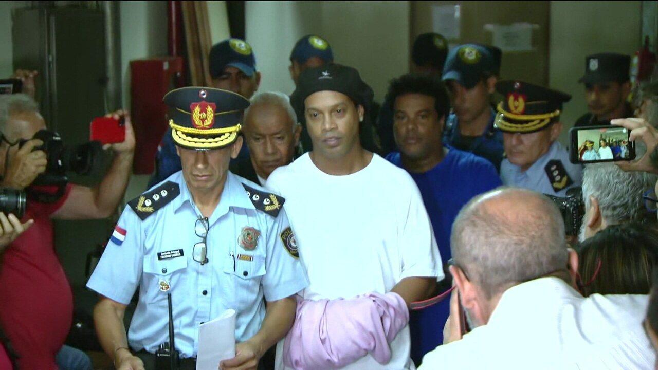 Ronaldinho Gaúcho passa a noite na cadeia e aguarda decisão da juíza