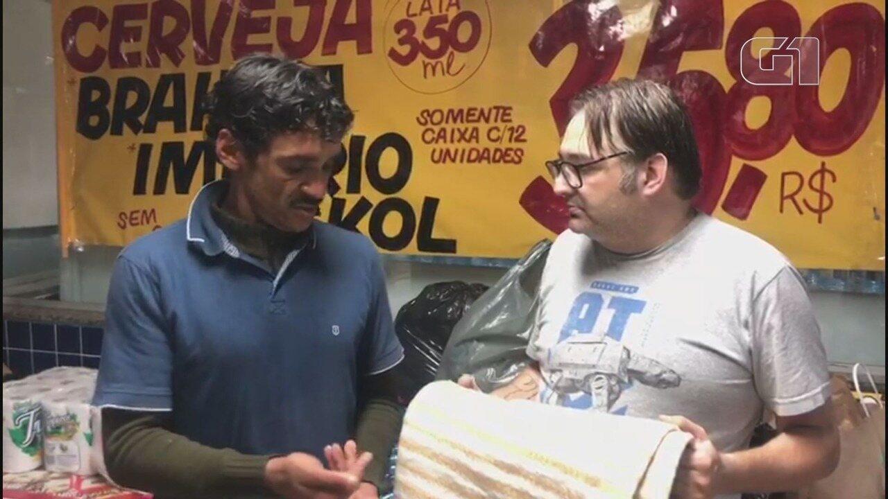 Morador de rua emociona ao fazer doação para vítimas de deslizamento em Guarujá