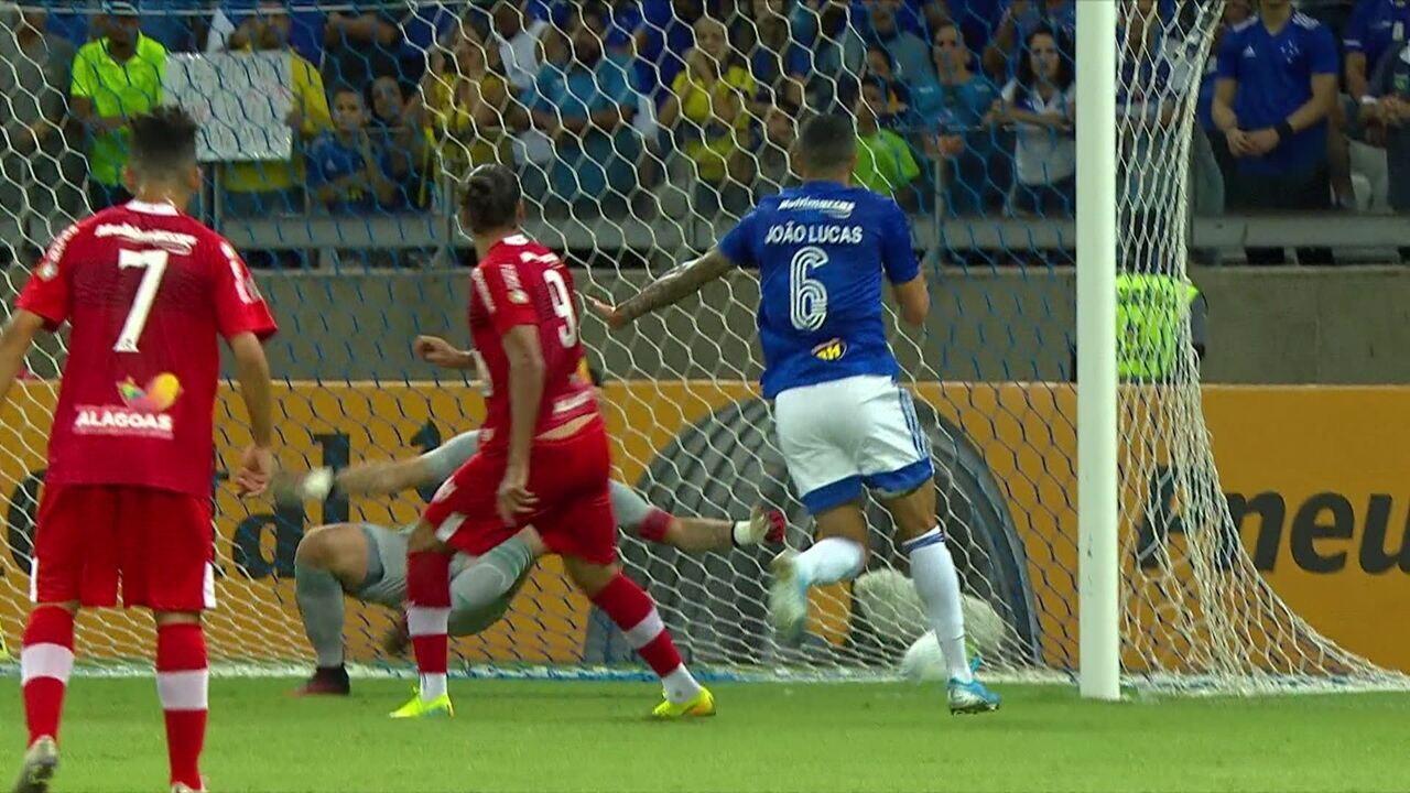 Gol do CRB! Léo Gamalho se antecipa a marcação do Cruzeiro e cabeceia bonito para marcar, aos 16' do 1ºT