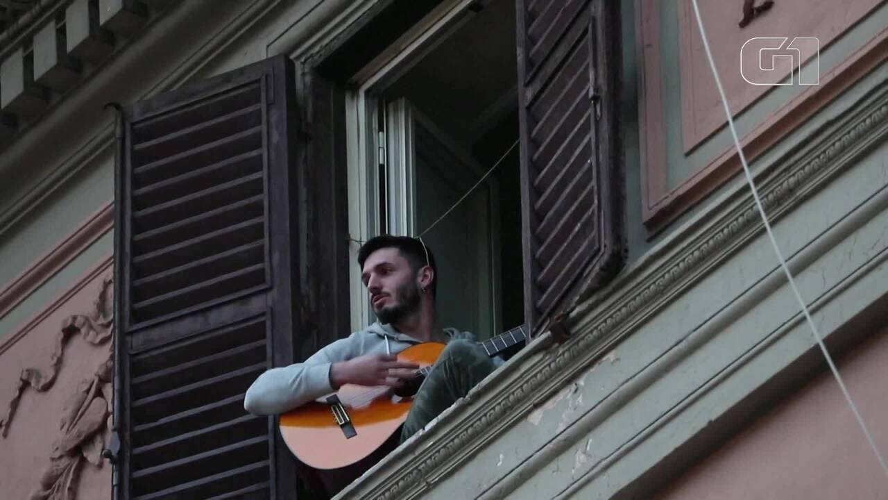 Moradores cantam nas varadas durante quarentena na Itália