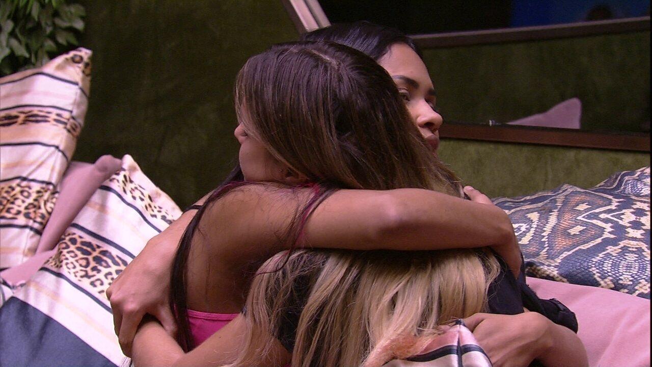 Abraçadas, Flayslane e Gabi pedem desculpas uma para a outra