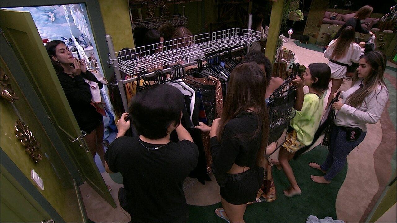 Brothers recebem as roupas da C&A que o público escolheu por votação