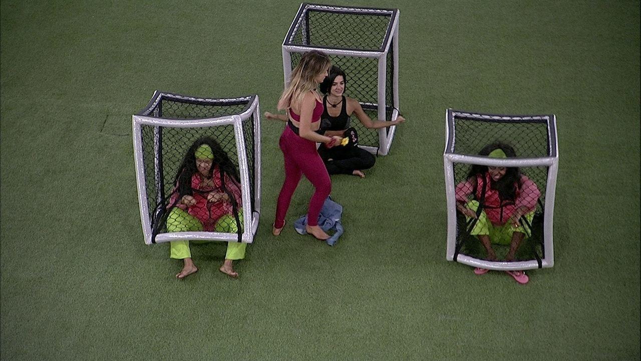 Flayslane e Thelma fazem coreografia enquanto cumprem o Castigo do Monstro 'Iarnuou'
