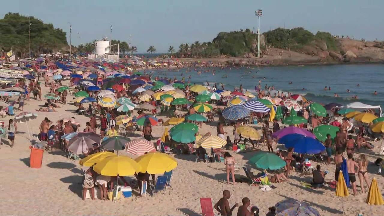 Cariocas enchem praias mesmo com risco do novo coronavírus