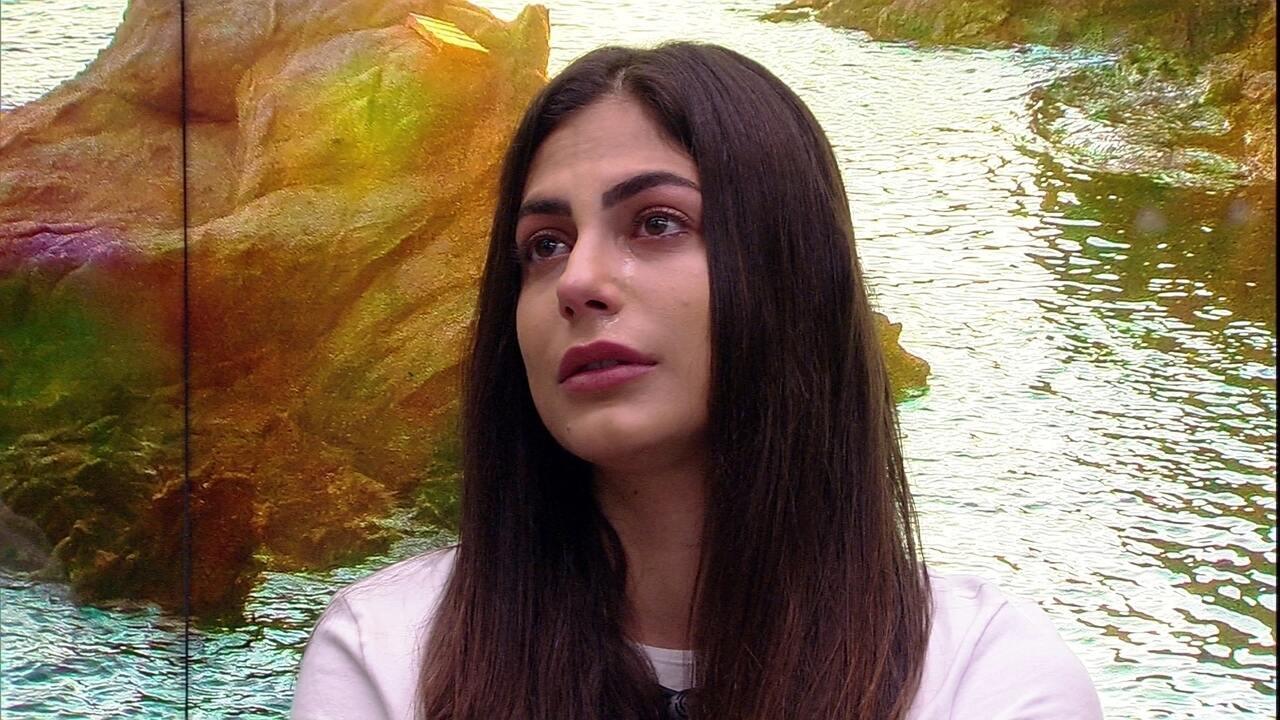 Chorando, Mari diz para Babu: 'Você acha que eu sou falsa'
