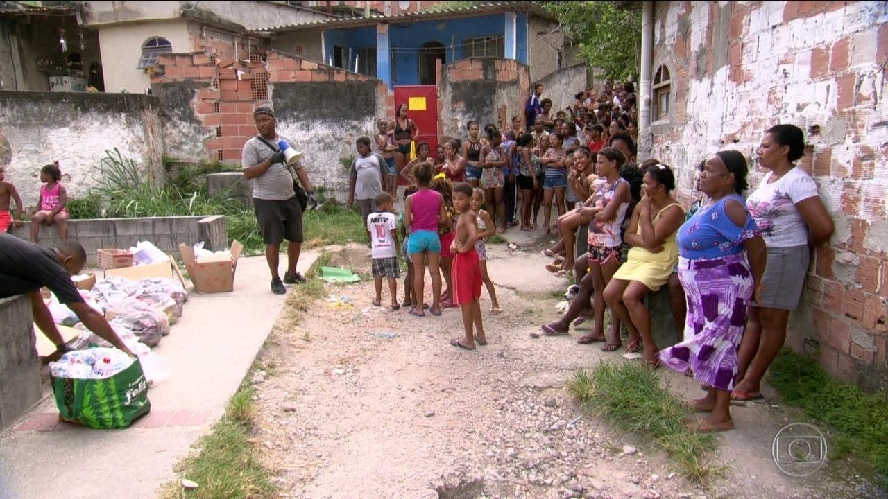 Homem consegue doação de sabão para moradores de favela do Rio