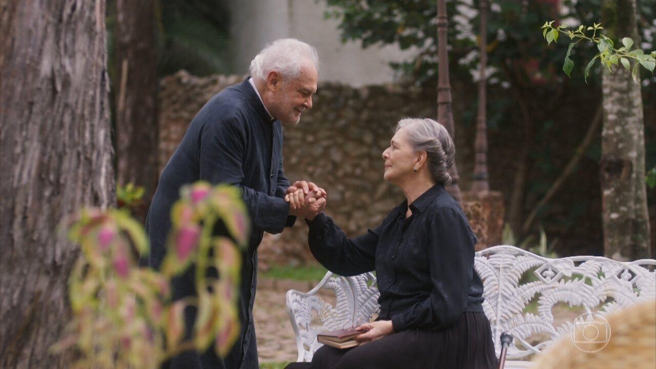 Padre Venâncio encontra Tereza no pensionato e diz ter uma lembrança dela