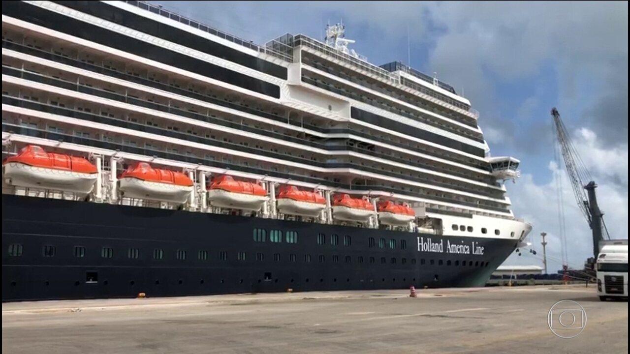 Navio de cruzeiro holandês atraca em Fortaleza depois de ter sido proibido de parar