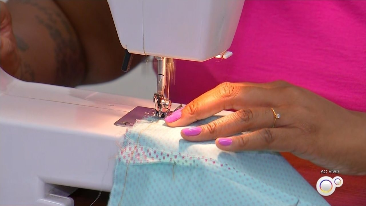 Professora de costura ensina a fazer máscara de tecido para proteger contra o coronavírus