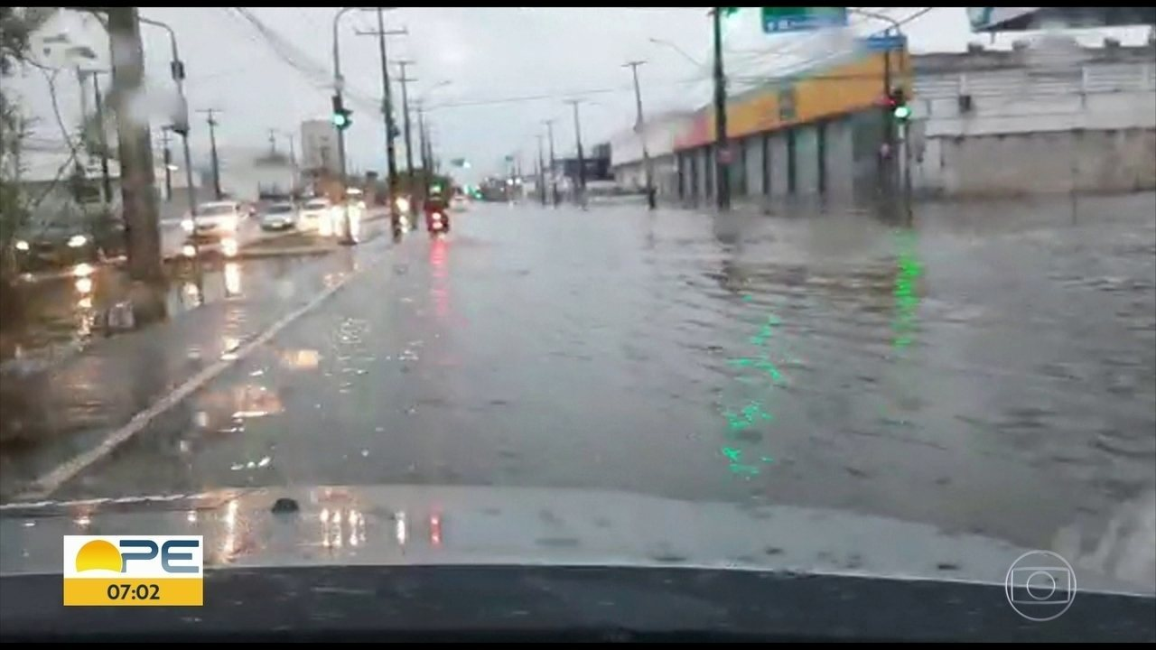 Chuva deixa áreas alagadas no Recife e Apac emite alerta de precipitações
