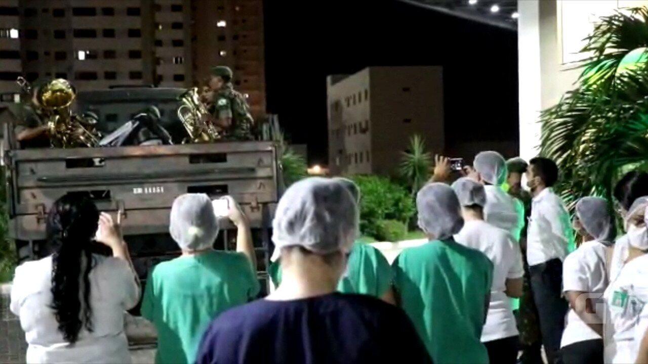 Banda do exército faz homenagem aos profissionais de saúde
