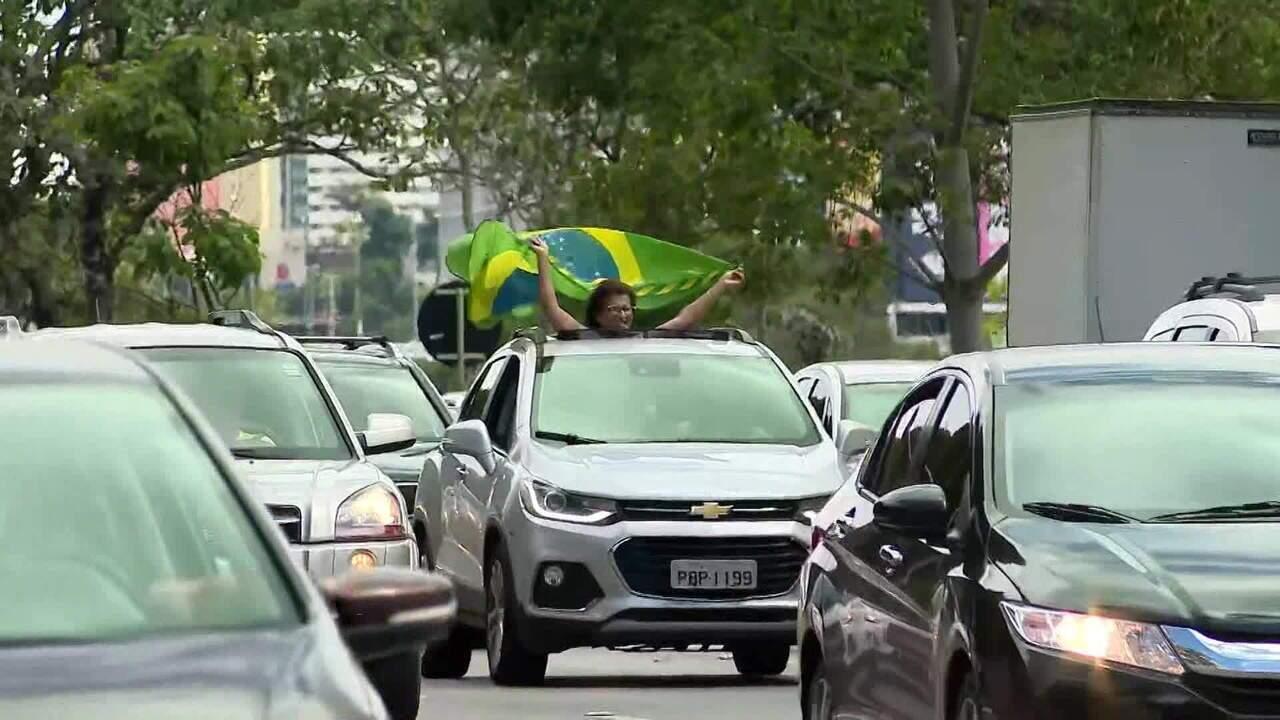 Manifestantes fazem carreata em Brasília em apoio a Bolsonaro