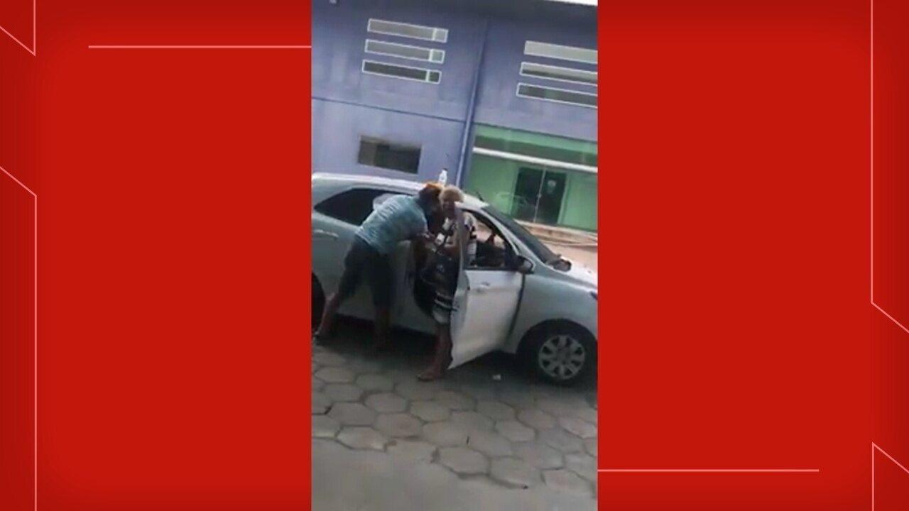 Família implora por atendimento de mulher em porta de hospital no AM