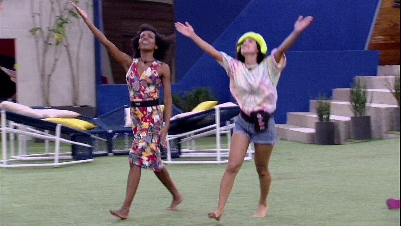 Thelma ensina Manu a desfilar no Carnaval e brinca: 'Faz carão'