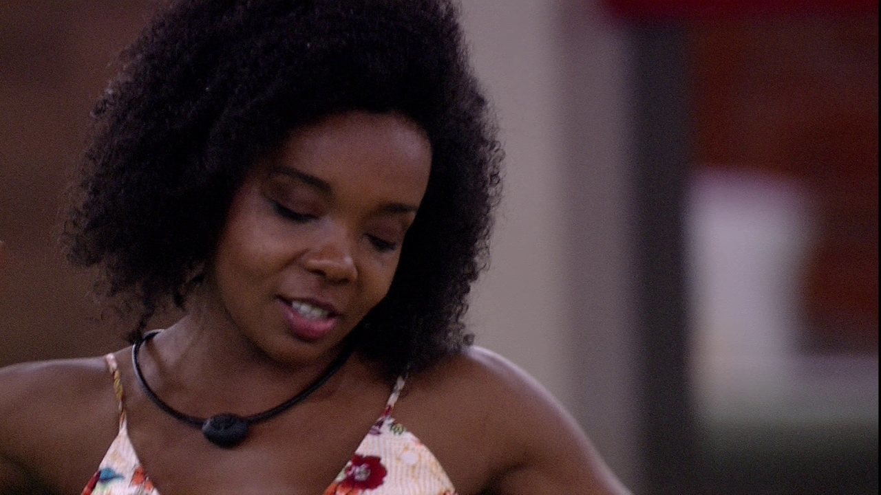 Após ficar em silêncio, Thelma se empolga com música de Lulu Santos