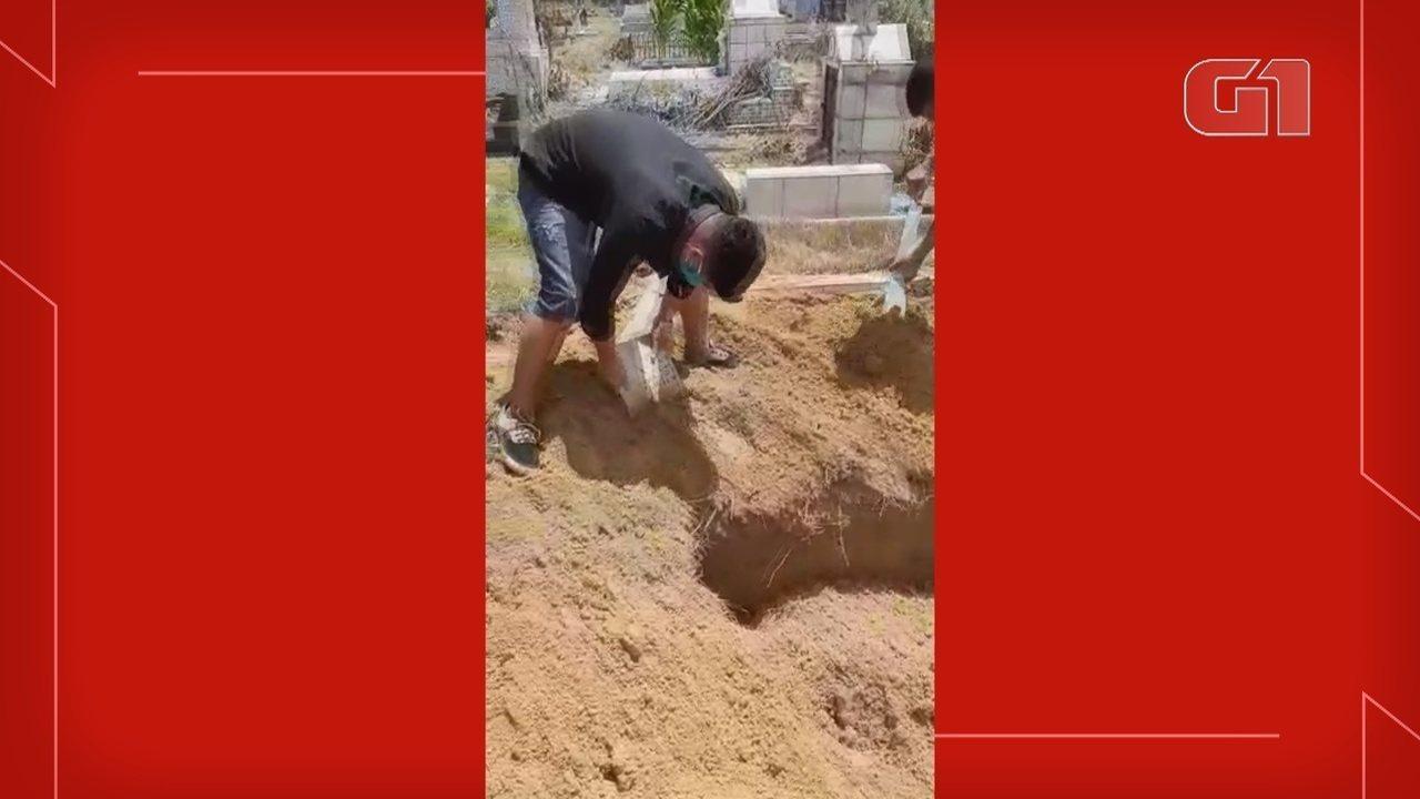 Com falta de coveiros, parentes de idoso morto por coronavírus enterram corpo em cemitério