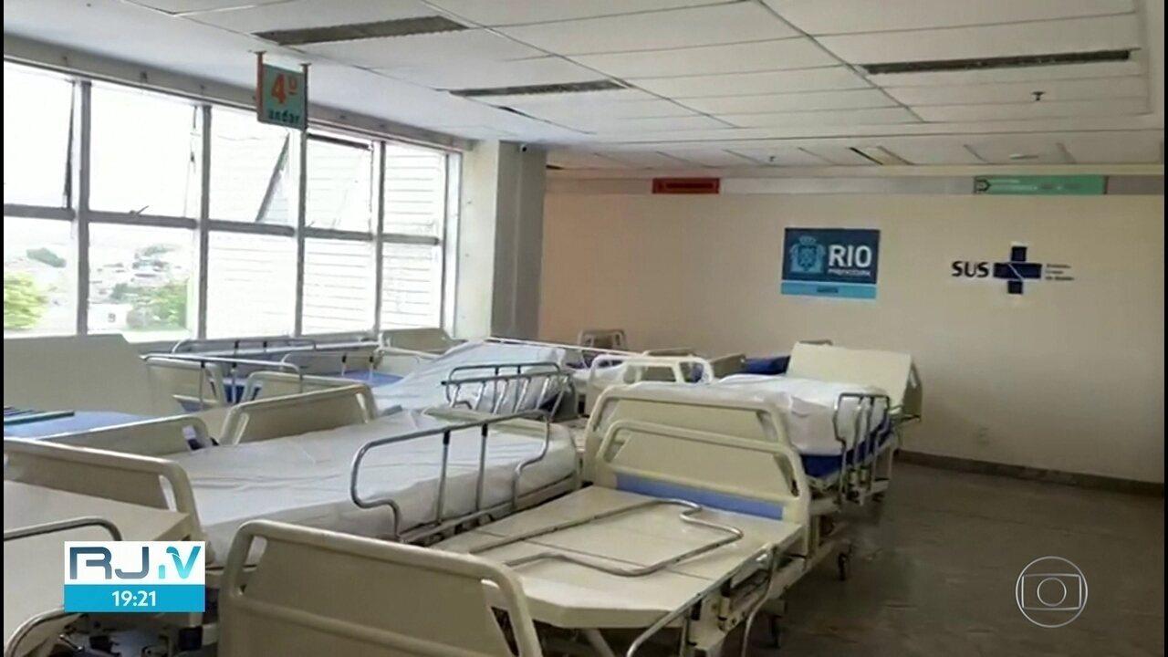 Imagens mostram leitos parados que não estão em uso e poderiam atender pacientes com Covid