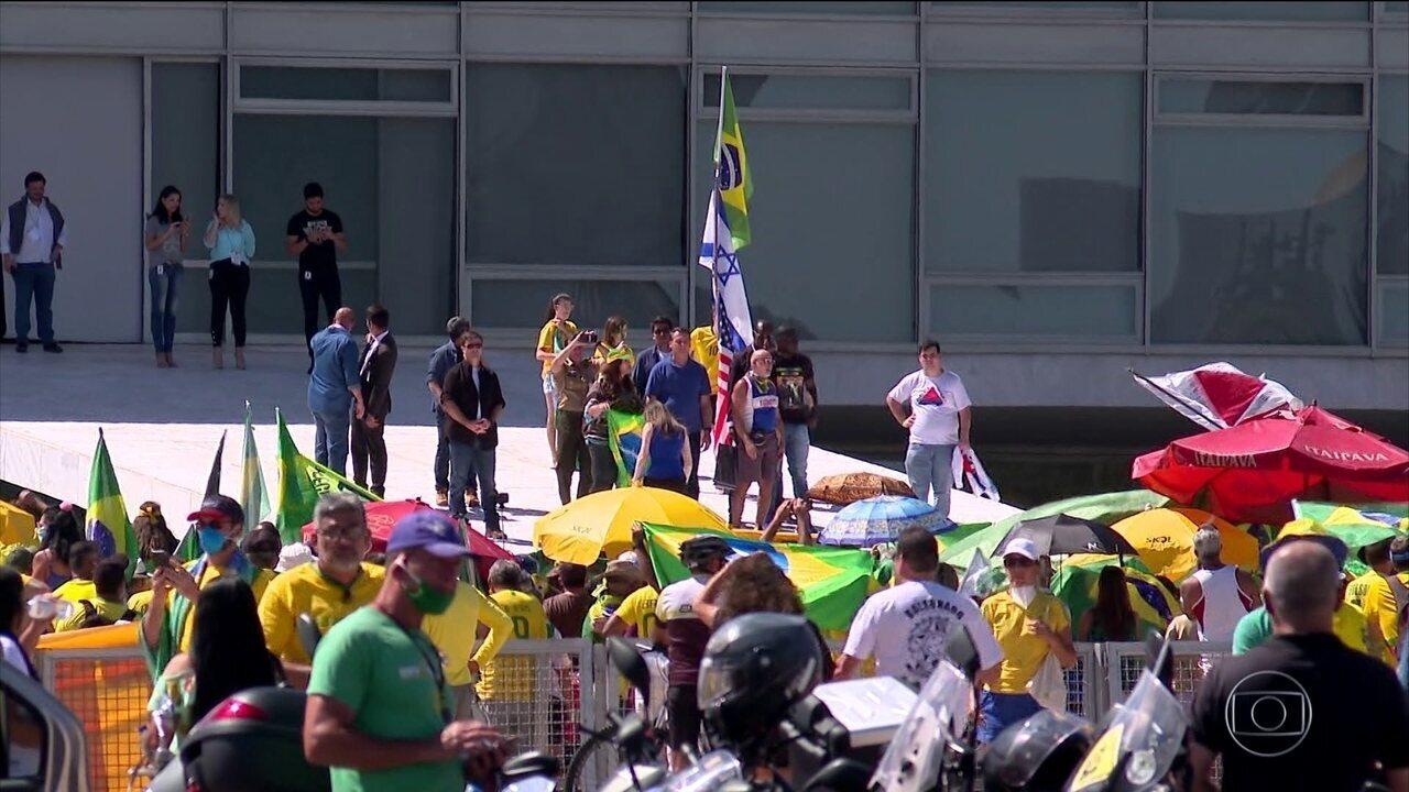Políticos e imprensa internacional repercutem participação de Bolsonaro em manifestação