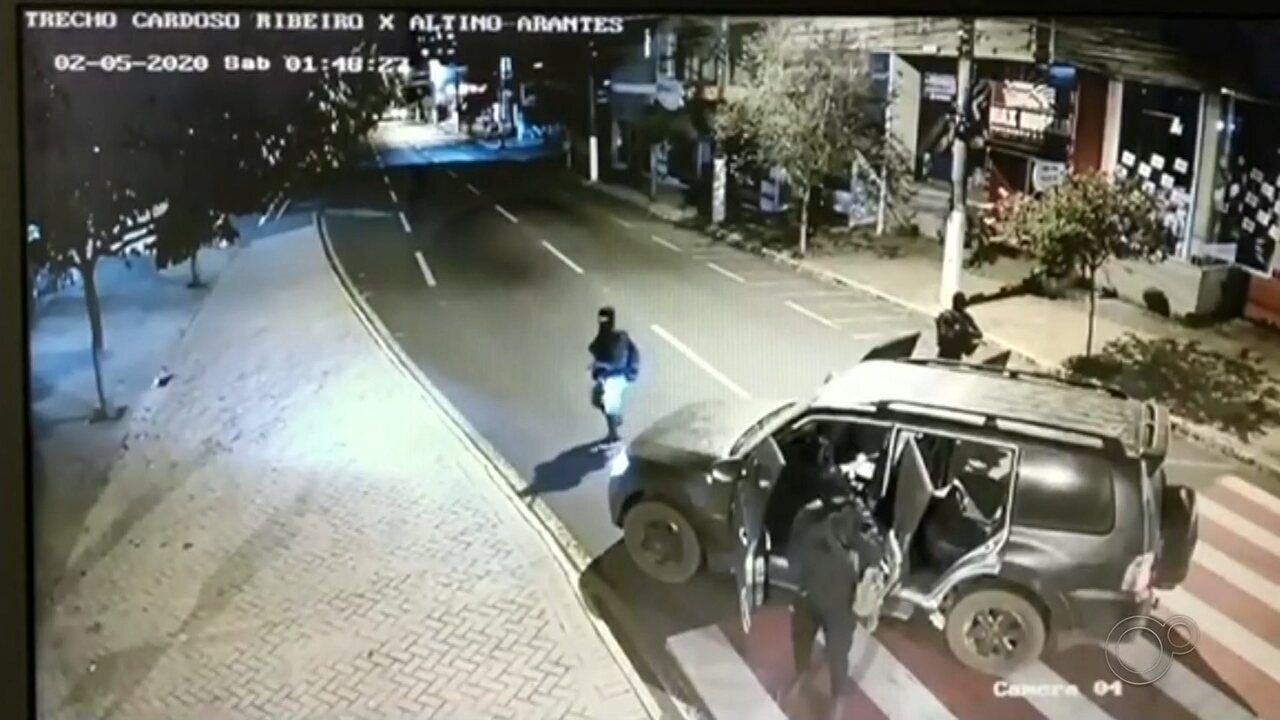 Polícia vai investigar carros usados no assalto a banco em Ourinhos