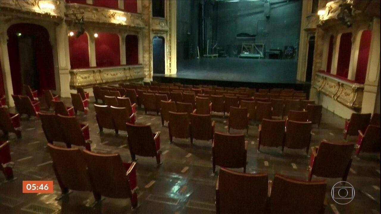 Teatro de Berlim reorganiza os assentos para reduzir a plateia nos espetáculos