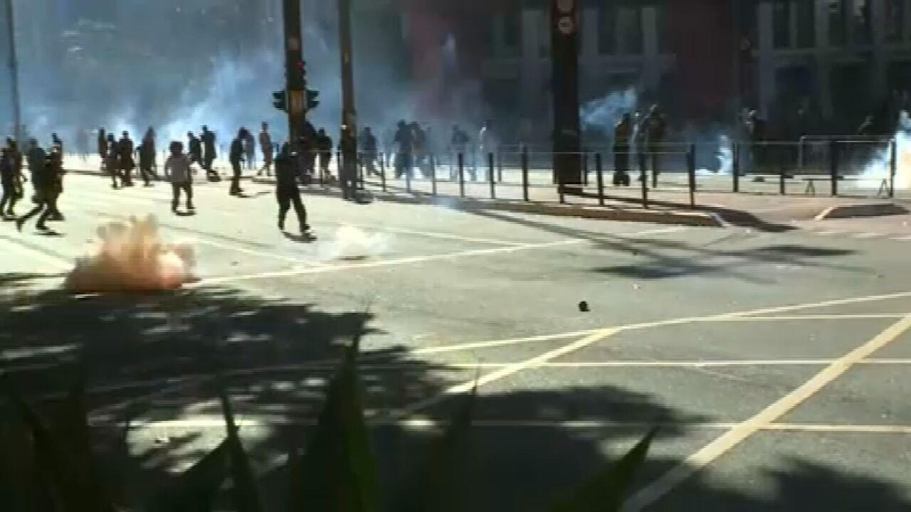 Bombas de gás são lançadas na direção de manifestantes na Avenida Paulista