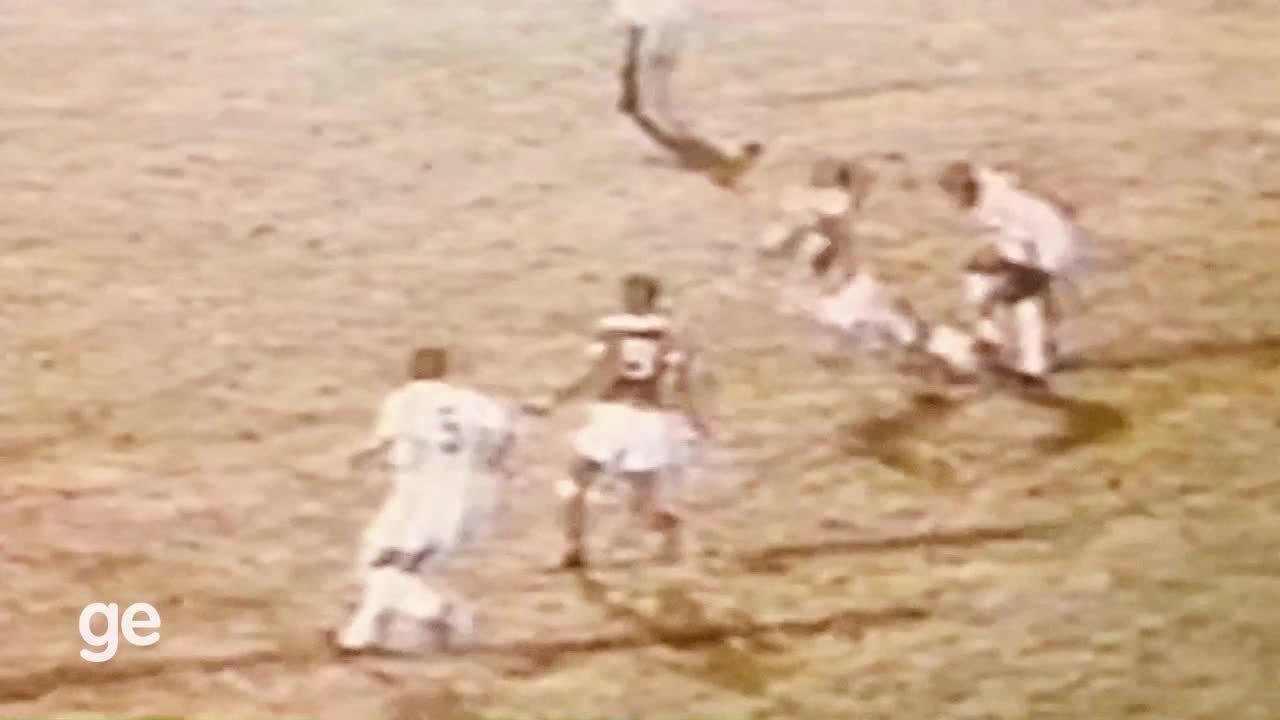 Em 1962, Pelé marca contra o Benfica na final do mundial interclubes