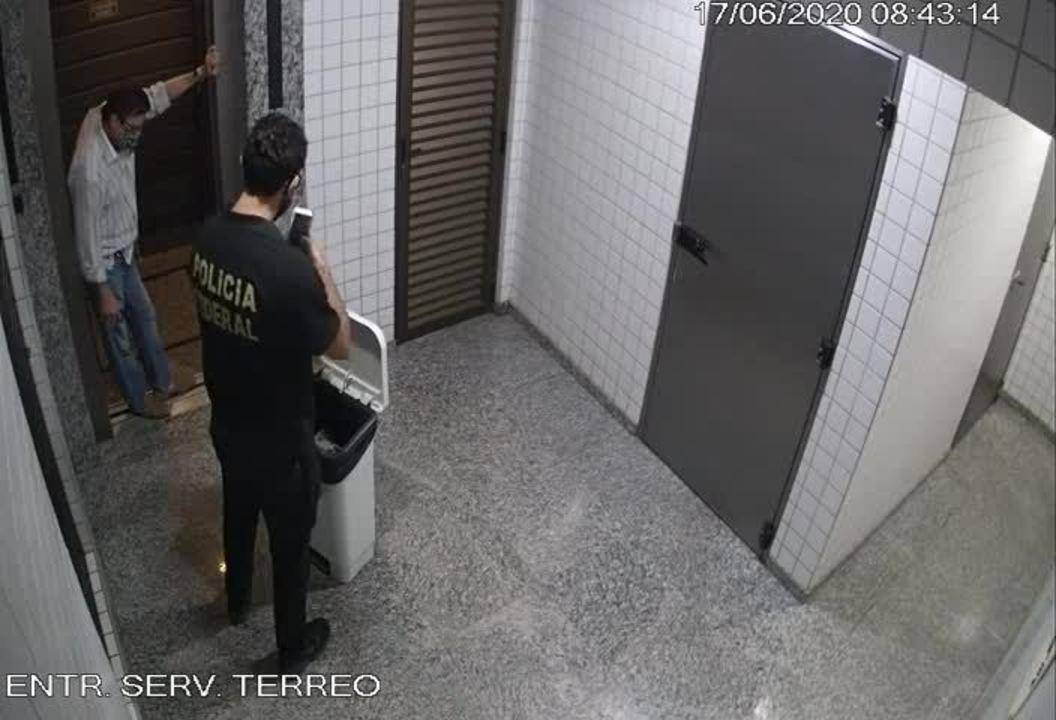 Vídeo mostra conselheiro do TCE-MT descendo escadas para jogar cheques em lixeira