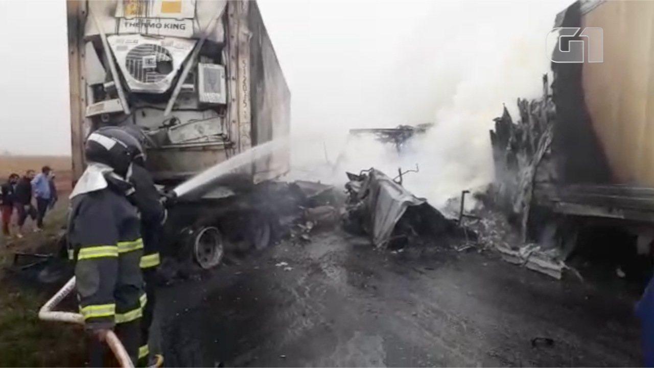 Após colisão, três carretas pegam fogo em grave acidente em MS