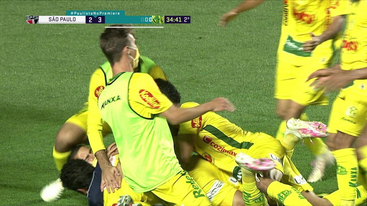 Gol do Mirassol! Bola é alçada na área do São Paulo, Volpi sai errado e Daniel Borges acerta um lindo chute de primeira, aos 34 do 2º