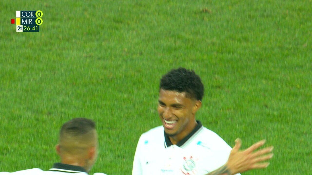 Gol do Corinthians! Éderson solta a bomba de fora da área para abrir o placar, aos 26 do 2º tempo