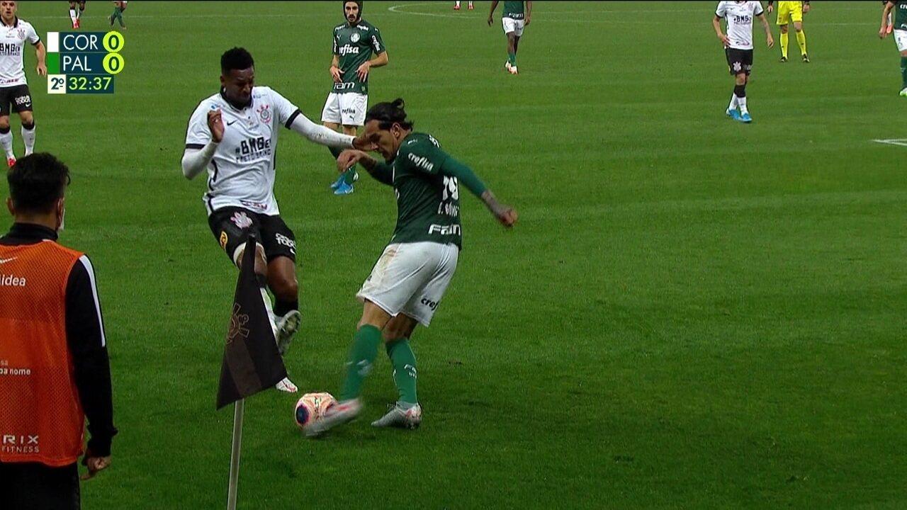 Jô mostra a sola da chuteira em disputa com Gómez e leva amarelo aos 32 do 2ºtempo