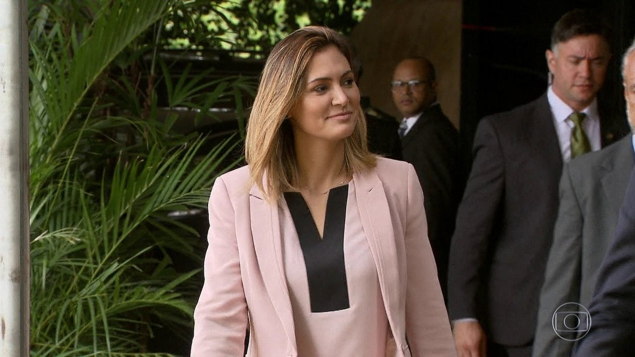 Queiroz e a mulher depositaram R$ 89 mil em cheques na conta de Michelle Bolsonaro