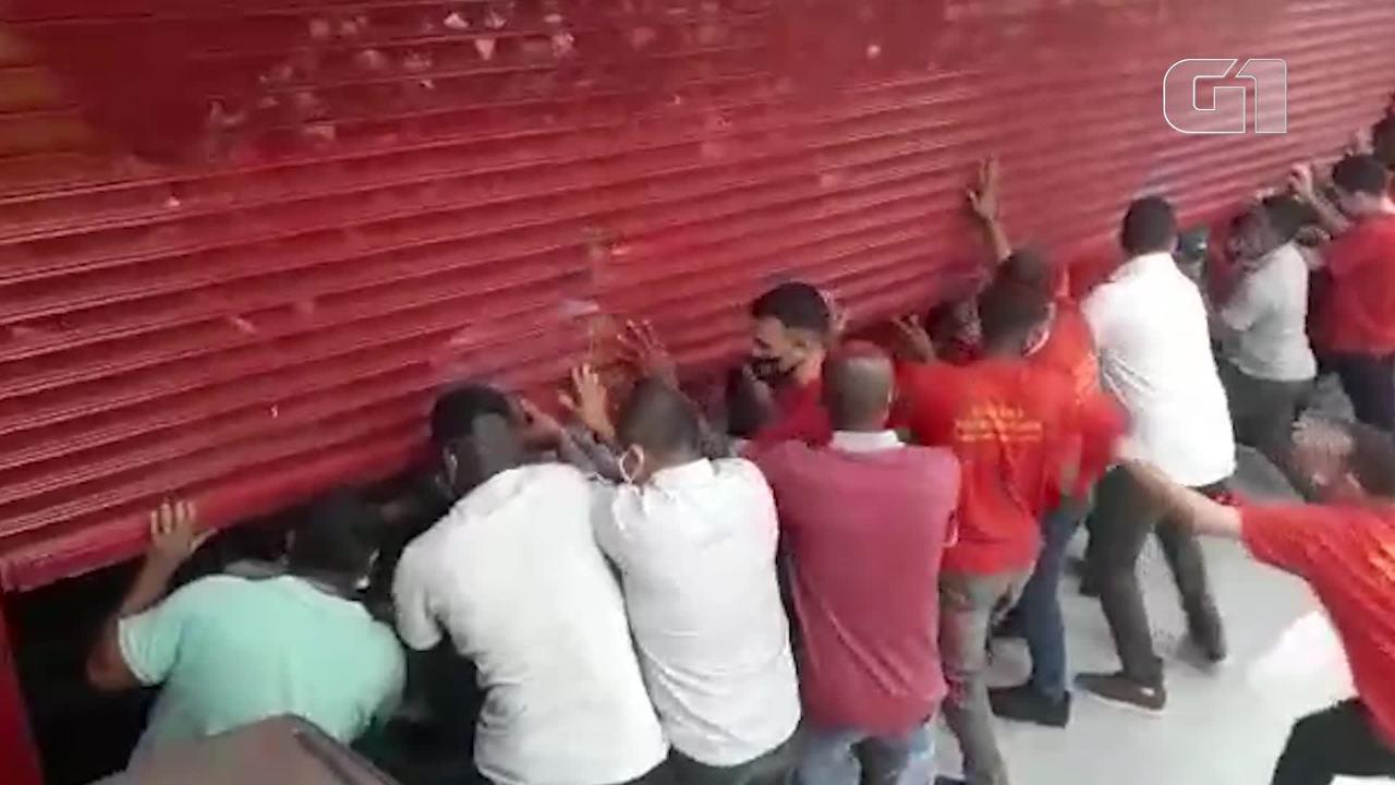 Inauguração de loja na Taquara, na Zona Oeste do Rio, causa aglomeração de clientes