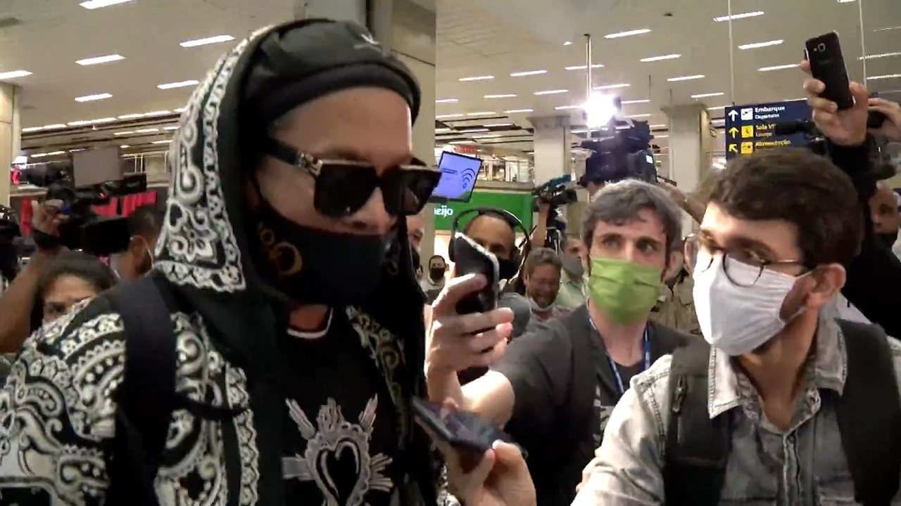 Após período preso no Paraguai, Ronaldinho Gaúcho volta ao Brasil