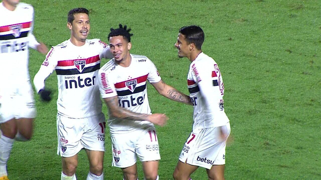 Gol do São Paulo! Daniel Alves cruza, bola é desviada e Luciano, bem posicionado, marca de cabeça, aos 19 do 2º tempo