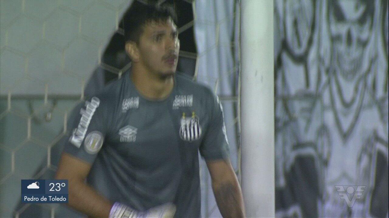 Goleiro João Paulo recebe elogios por defesa no jogo do Santos