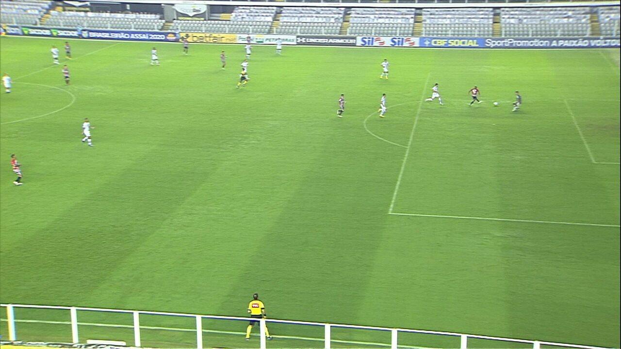 Gabriel Sara sai na cara do gol, mas manda para fora, aos 22' do 1T