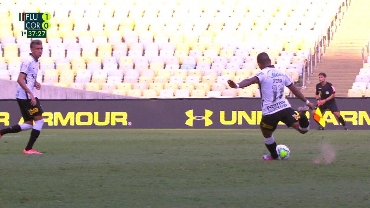 Otero manda falta de longe direto no gol, e Muriel se estica todo para mandar para escanteio, aos 37 do 1º tempo