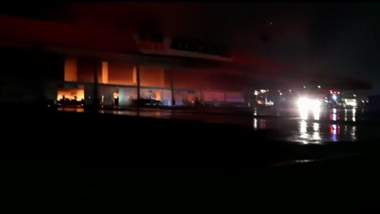 Vídeo mostra combate a incêndio no supermercado atacadista na noite deste domingo