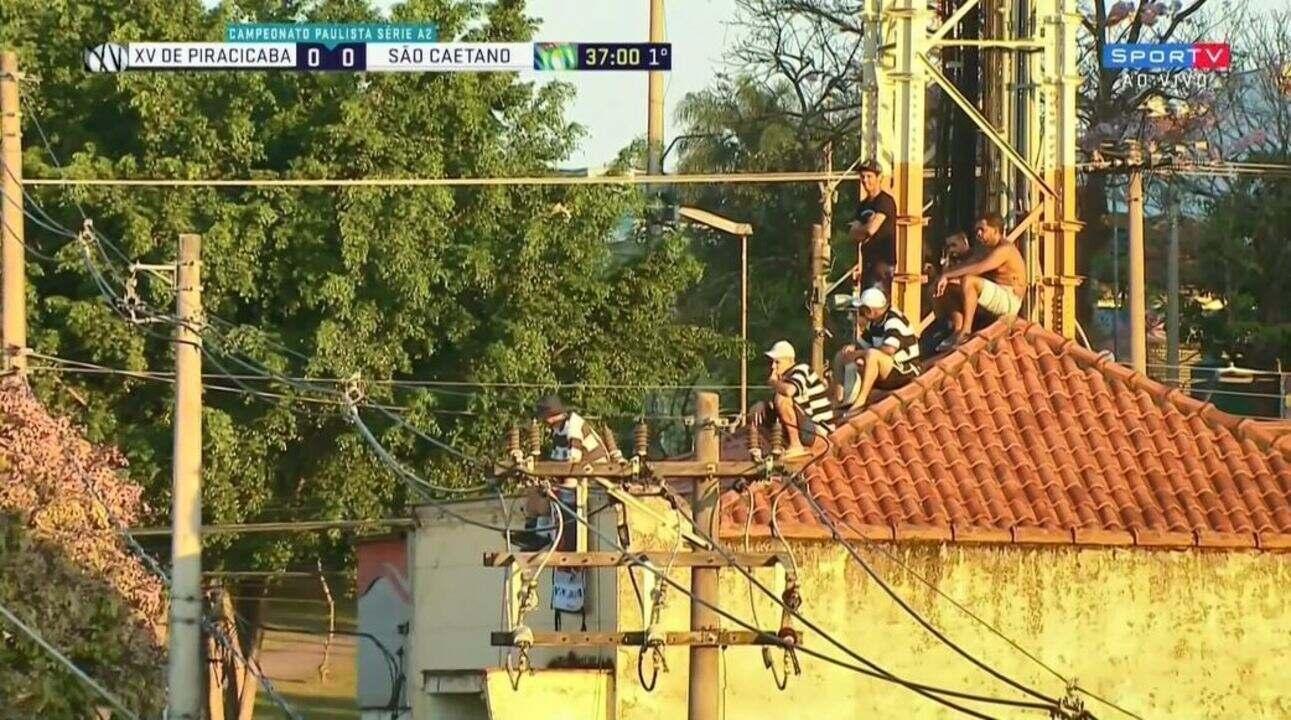 Câmeras flagram torcedores do XV assistindo à partida em cima do telhado de uma casa