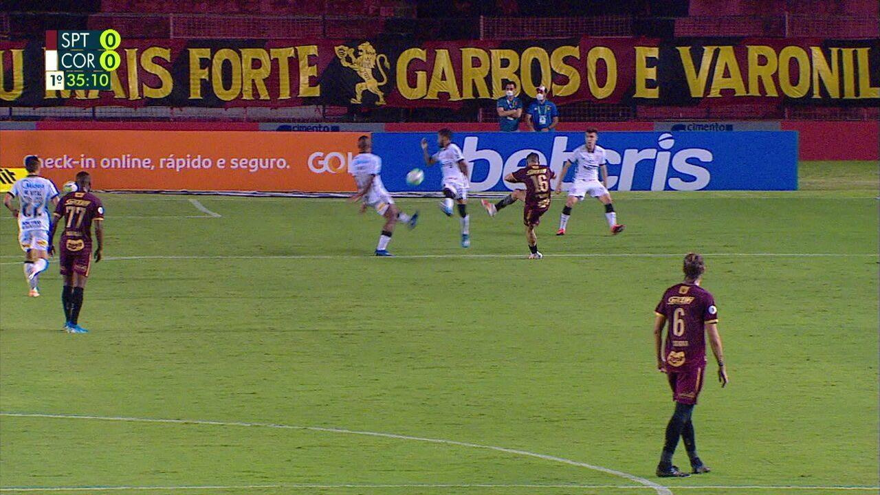 Pênalti para o Sport! Jonatan Gomez chuta e a bola bate no braço de Everaldo, aos 34 do 1º tempo