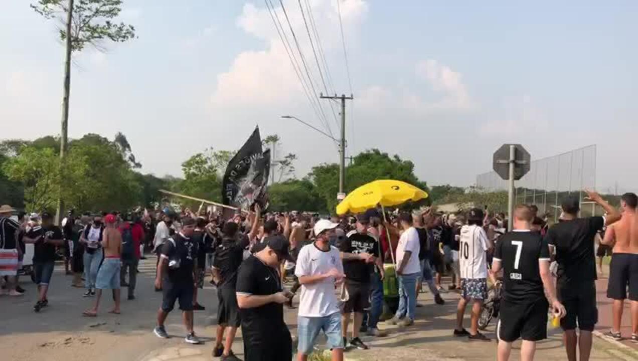 """Torcedores do Corinthians começam a protestar no CT: """"Ou joga por amor ou joga por terror"""""""