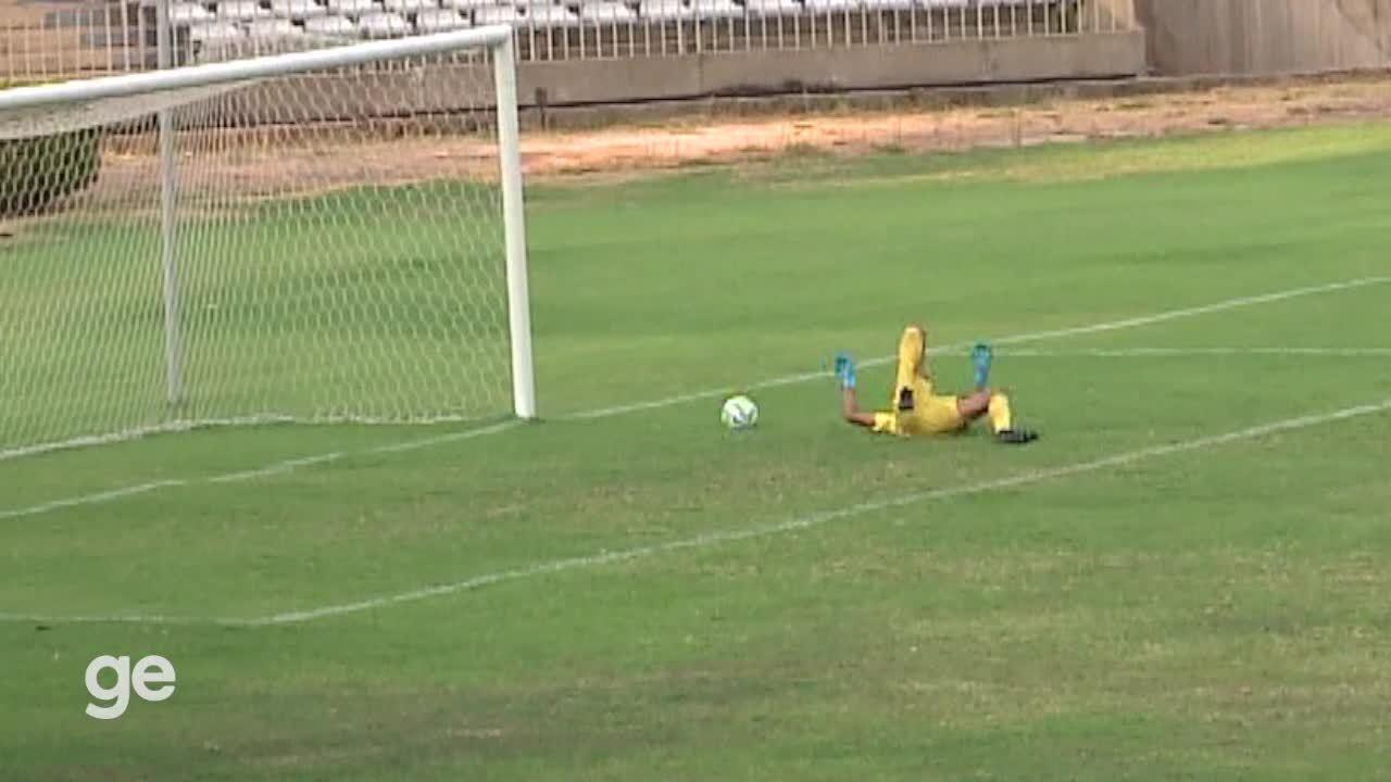 Goleiro do Fluminense-PI se atrapalha em defesa e quase aceita frango