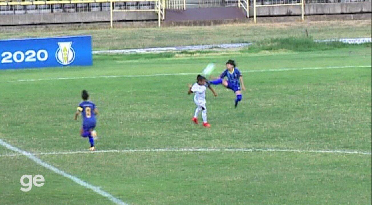 Jogadora do Tiradentes-PI é expulsa após acertar travas da chuteira no pescoço de rival
