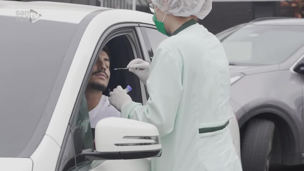 Jogadores do Santos realizam testes de Covid-19 dentro dos carros
